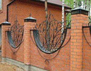 Оригинальный забор из облицовочного кирпича с металлическими элементами и колпаками с подсветкой