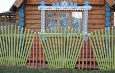 Оригинальный забор из штакетника