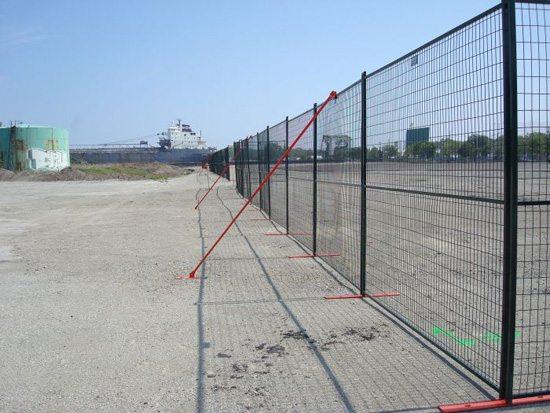 Отгораживание территории стройки секционным забором с подпорками