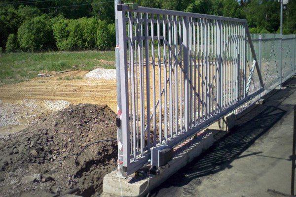 Откатные ворота: монтаж на железобетонный фундамент.