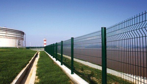 Панельные ограждения можно встретить на объектах, охрана которых предполагает контроль всей территории и требует хорошего обзора.