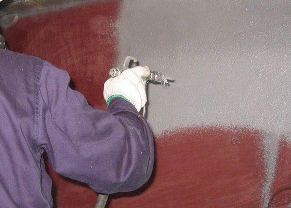 Перед тем как покрасить металл, обязательно наносится грунт