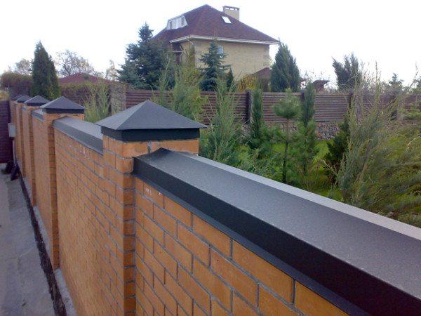 Планки и колпаки на кирпичном заборе