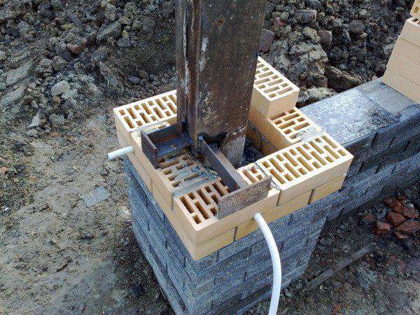 Пластины снаружи столба делают процесс установки ворот намного проще