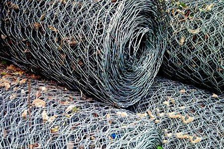 Подавляющее большинство сетчатых заборов используют в такую свёрнутую в рулоны сетку рабицу