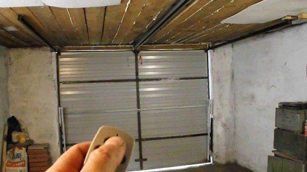 Подъёмные ворота автоматического типа открываются лёгким нажатием кнопки на пульте