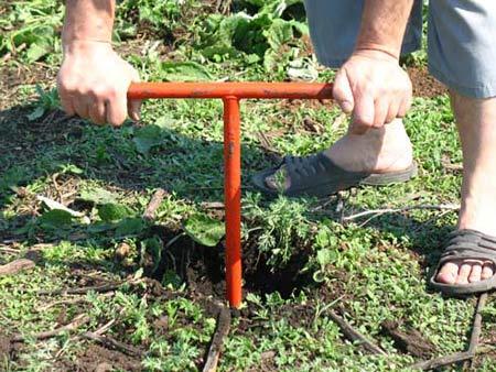 Подготовка ямки под столб с помощью ручногоямобура