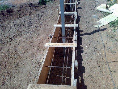 Подготовленная под бетонирование траншея с арматурой, столбами и опалубкой