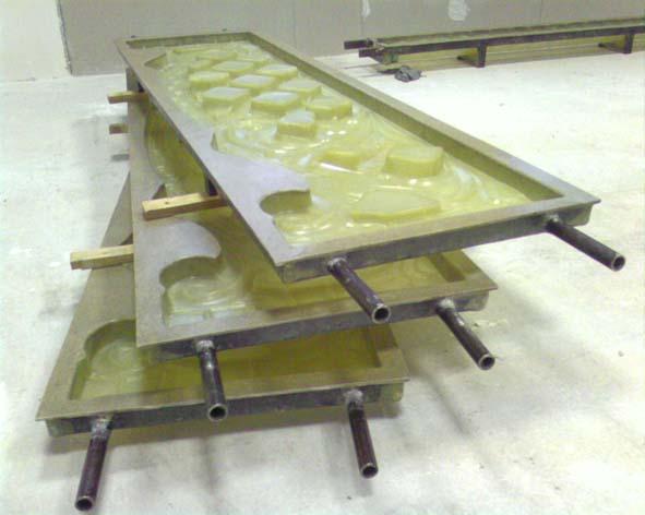 Полиуретановые формы для забора в надёжном металлическом обрамлении могут применяться для внутренних ограждений, где их надёжность не вызовёт никаких сомнений