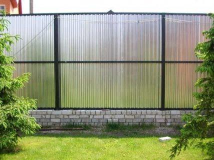 Посмотрите, как блестяще выглядит даже односторонний забор, использующий привычный оцинкованный профнастил – бетонный парапет, отделанный плиткой, надёжный металлический каркас. Может быть стоило только увеличить количество горизонтальных планок на одну