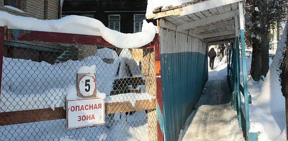 Правильно сделанное ограждение с козырьком и пешеходной зоной