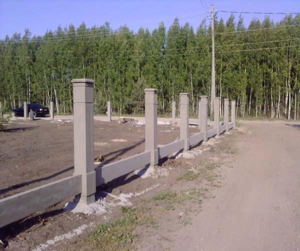 Предельно важным при установке столбов является выдержка их точного и равного расстояния друг от друга. В этом могут помочь специальные нижние распорные горизонтальные панели