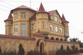 Пример дома, для которого забор из профнастила явно не подходит