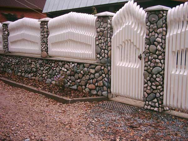 Пример эксклюзивного забора из дерева и камня