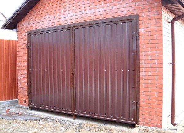 Профнастил можно использовать для гаража во дворе, в гаражных массивах лучше применять варианты попрочнее