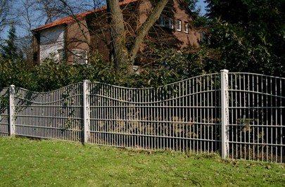 Простая ограда на металлических опорах