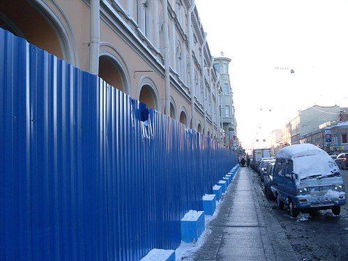 Простейший забор для строительных участков, усиленный бетонными блоками