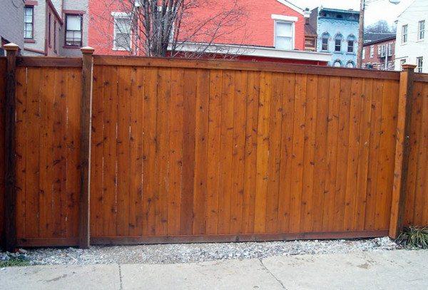 Простые деревянные ворота имеют отличный внешний вид.