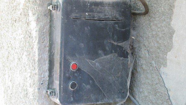 Пульт управления приводом. Одна кнопка закрывает дверь, другая - открывает.