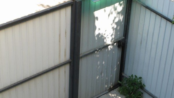 Распашная калитка рядом с воротами.