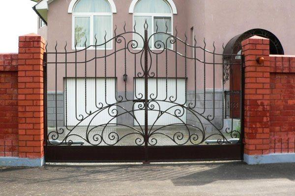 Распашные ворота на кирпичных столбах