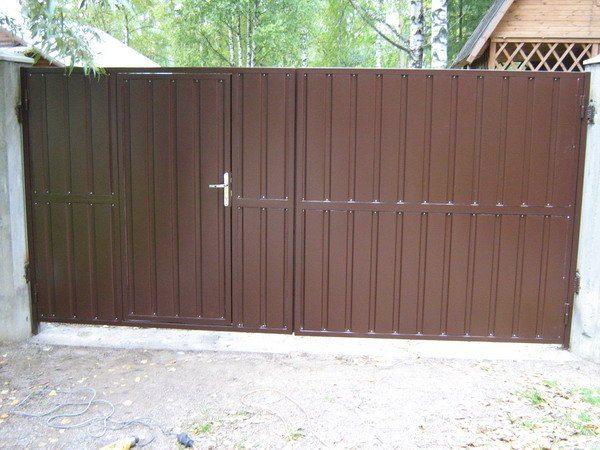 Распашные ворота со встроенной калиткой.