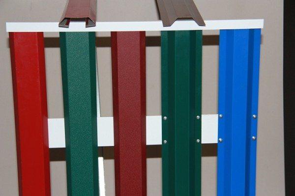 Различные варианты зашивочного материала, изготовленные из пластмассы с использованием различных форм и цветов