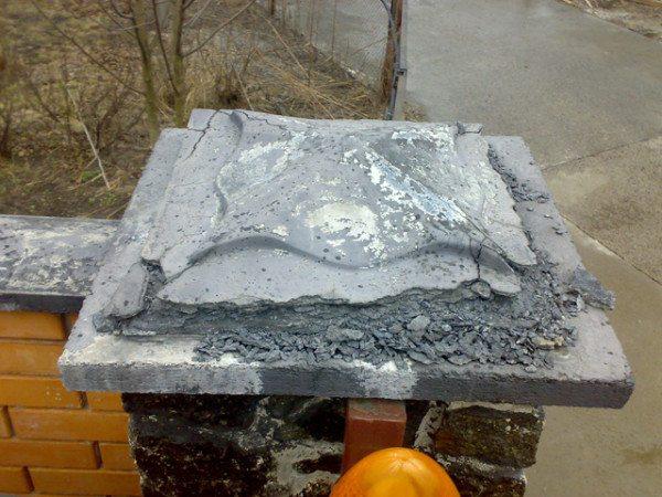 Разрушенный бетонный колпак.