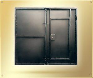 Ребра жесткости усиливают проем под маленькую дверь в створке
