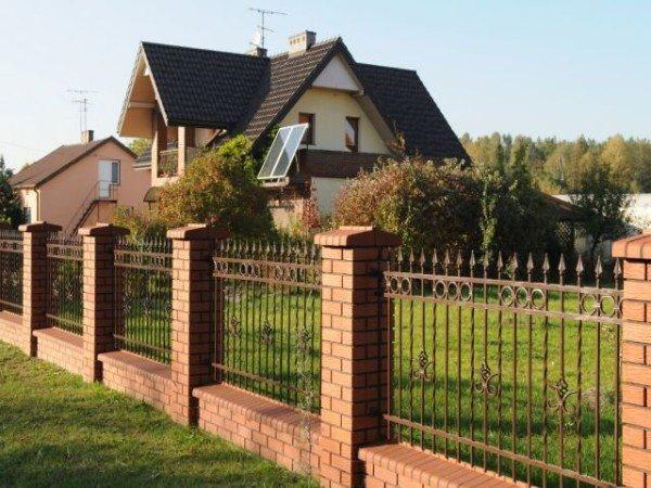 Решетчатый забор с коваными элементами
