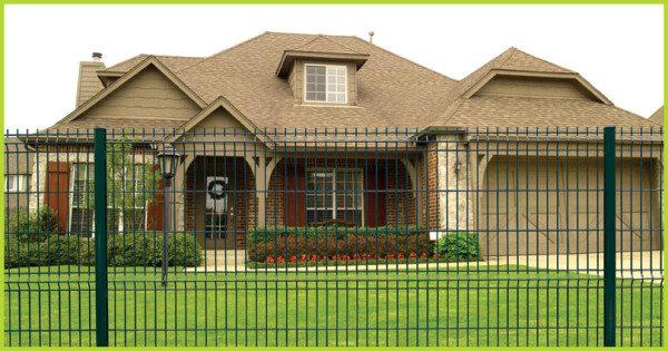 Роскошный особняк, огороженный сварными панелями Гранд Лайн – прекрасное сочетание забора с архитектурой дома и общим ландшафтом