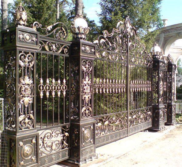 Роскошный секционный сварной забор с потрясающими элементами ковки