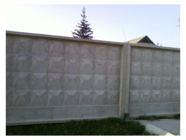 Самостоящий бетонный забор – прост в установке и очень надежен.