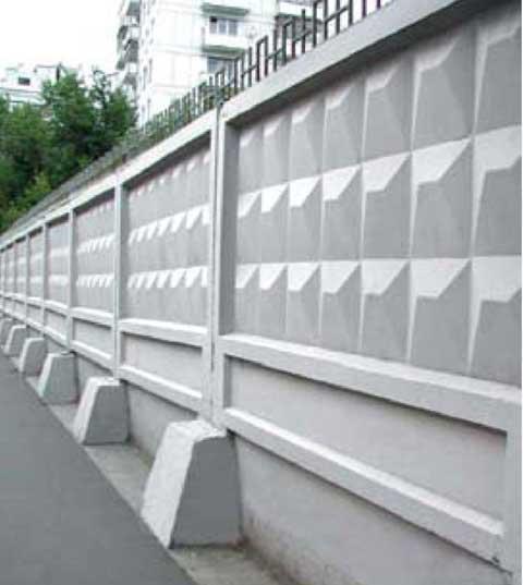 Самостоящий железобетонный забор, использующийся для ограждения предприятий.