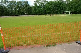 Сигнальная ограда из сетки на спортплощадке