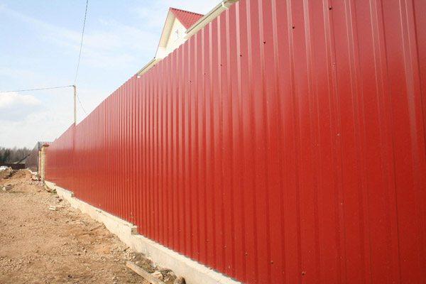 Сплошная ограда из профнастила.