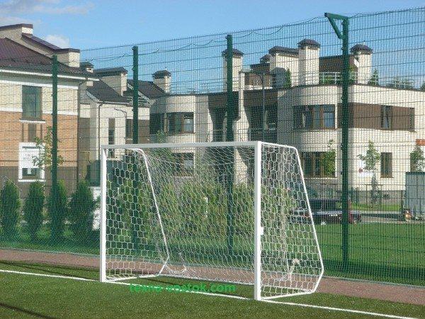 Спортивная площадка, обнесенная забором
