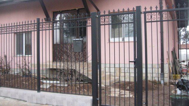 Стандартная ограда из металла