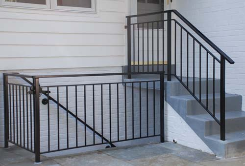Стандартная ограда лестницы и площадки из черного металла
