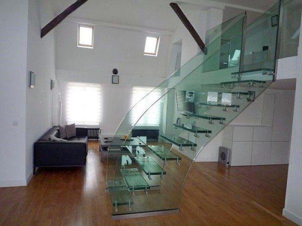 Стеклянные ограждения лестниц имеют очень стильный внешний вид.