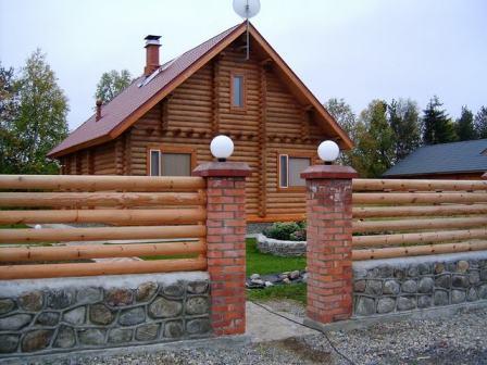 Стилизация забора «под старину» - гармонично сочетается не только с деревянными постройками