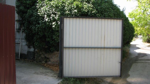 Створка ворот открывается наружу.