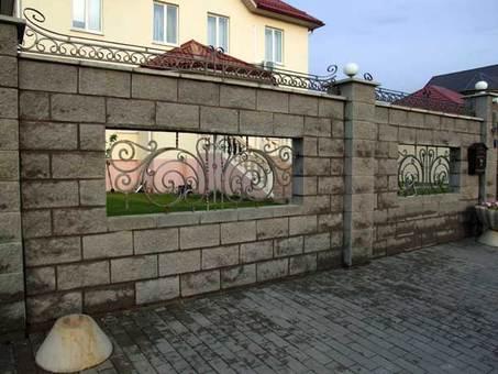 Светильники на комбинированной изгороди