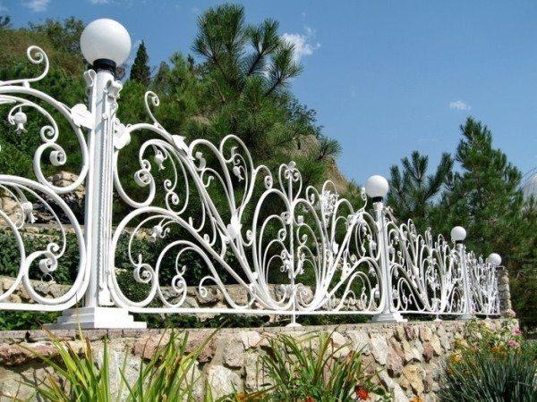 Светильники на заборе смотрятся довольно привлекательно, да и к тому же освещают территорию