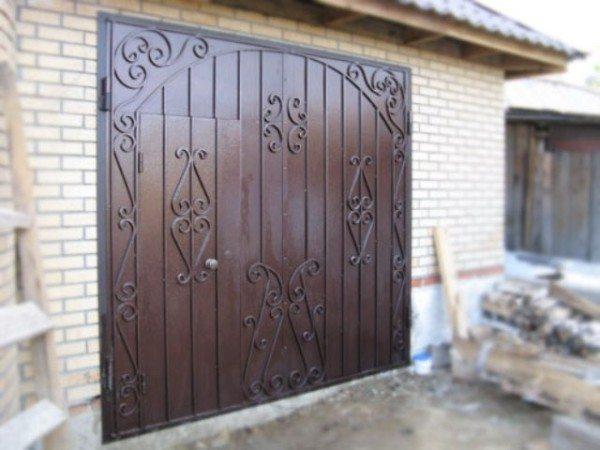 Такие ворота сразу преображают гараж
