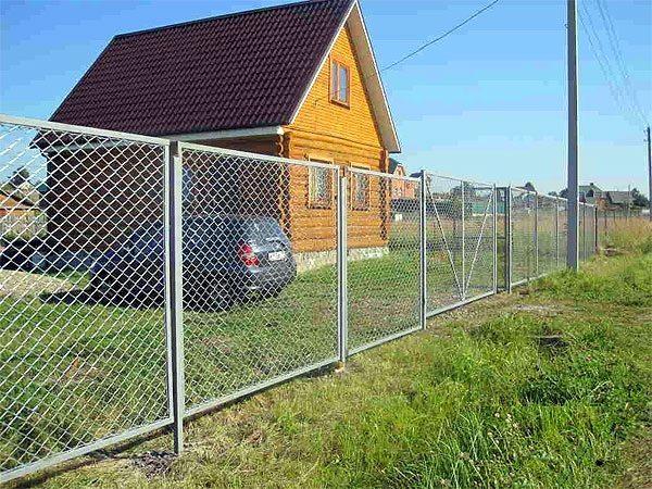 Такой забор из сетки рабицы может стать капитальным, при должном оформлении