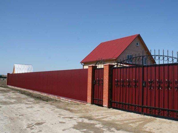 Такой забор может стать настоящим украшением участка