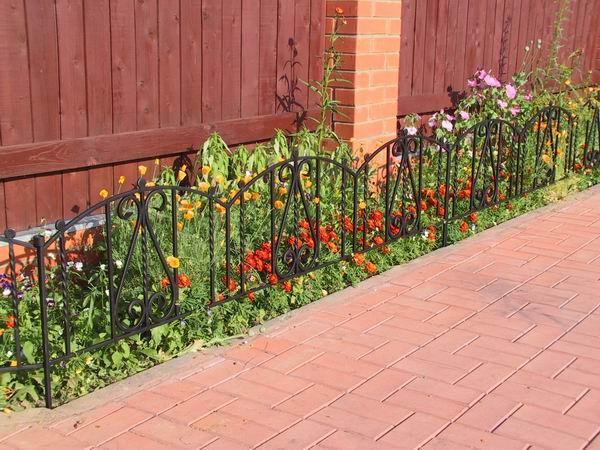 Такой заборчик не только защитит, но и украсит газон