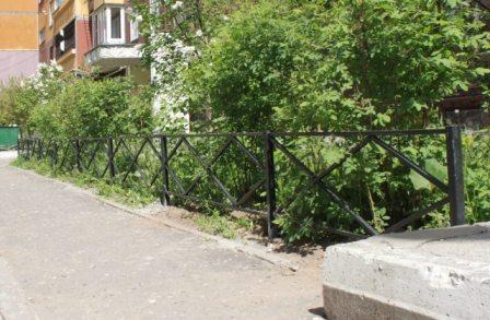 Типичное для городского двора ограждение для газонов, практичное и недорогое.