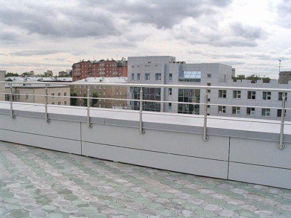 Типовое ограждение, фото сделано на плоской эксплуатируемой крыше